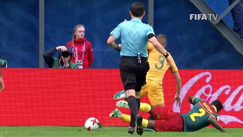 Mažić je sudio penal pa otrčao  vidjeti snimku je li pogriješio...