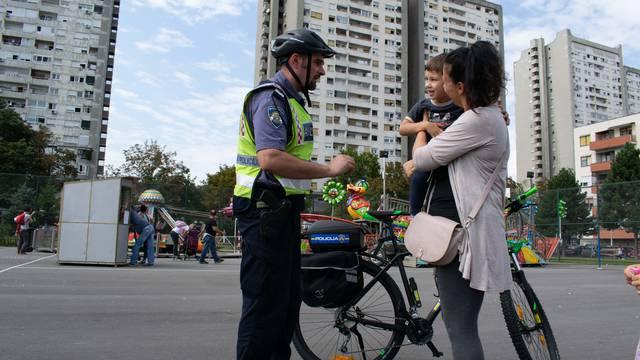 Policajac: Djeca mogu voziti bicikl kolnikom, ali uz roditelje