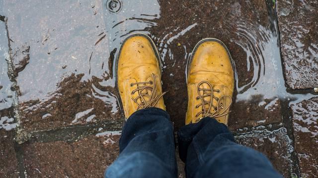 Za suhe noge: Trik kojim cipele postaju otporne na lokve vode
