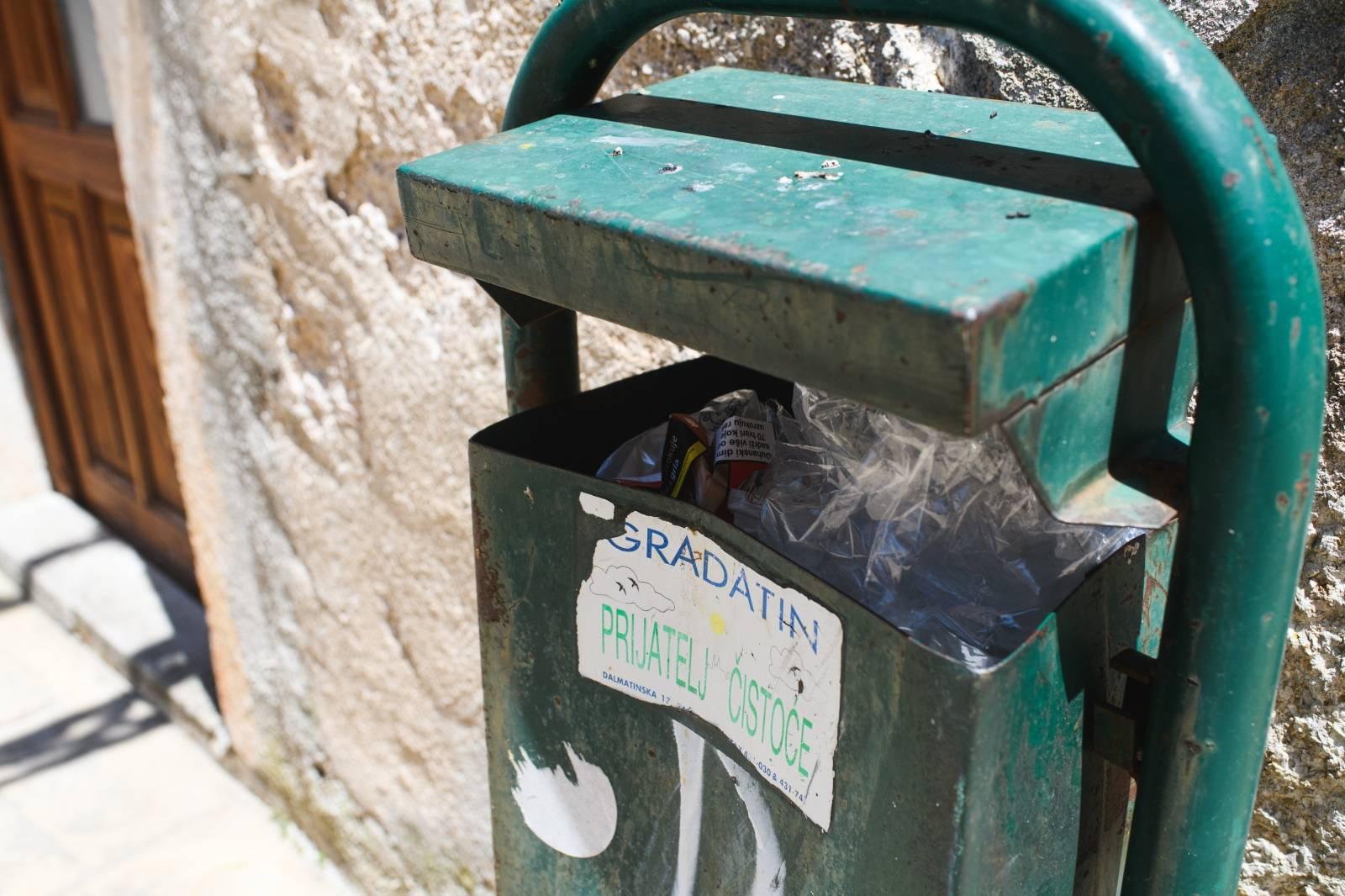 Zbog prosvjeda komunalnih radnika ne odvozi se otpad u Obrovcu
