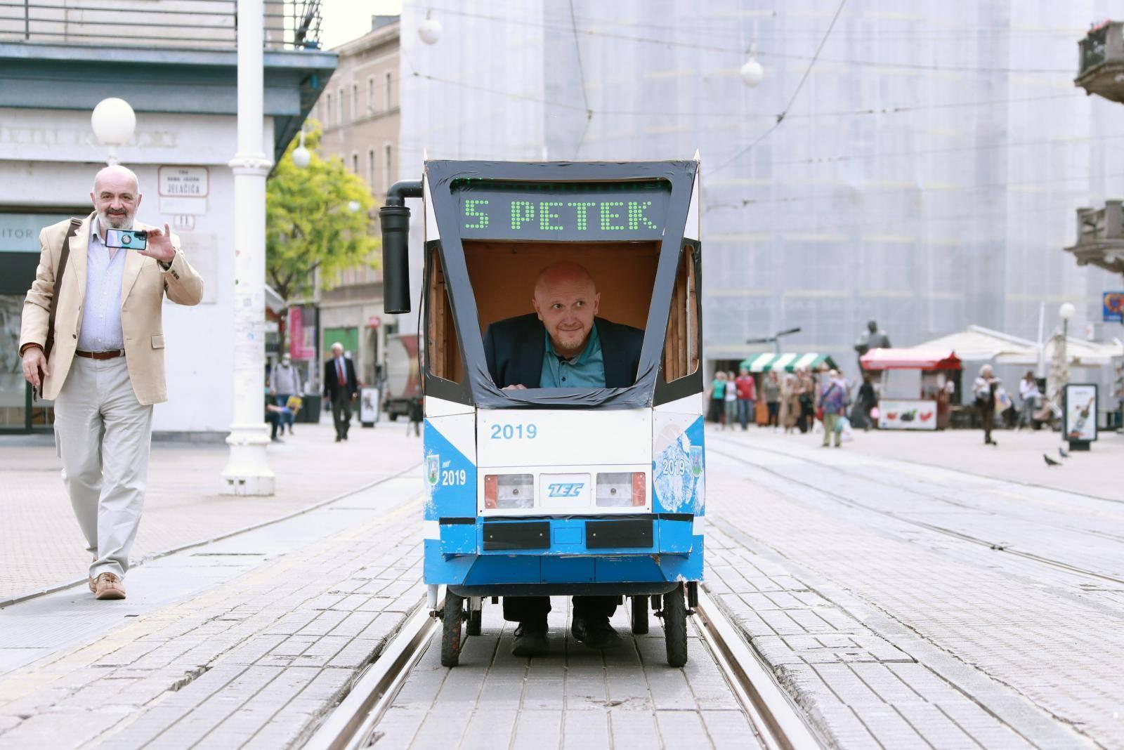 Petek je na Trg bana Jelačića stigao u 'tramvaju' broj 5