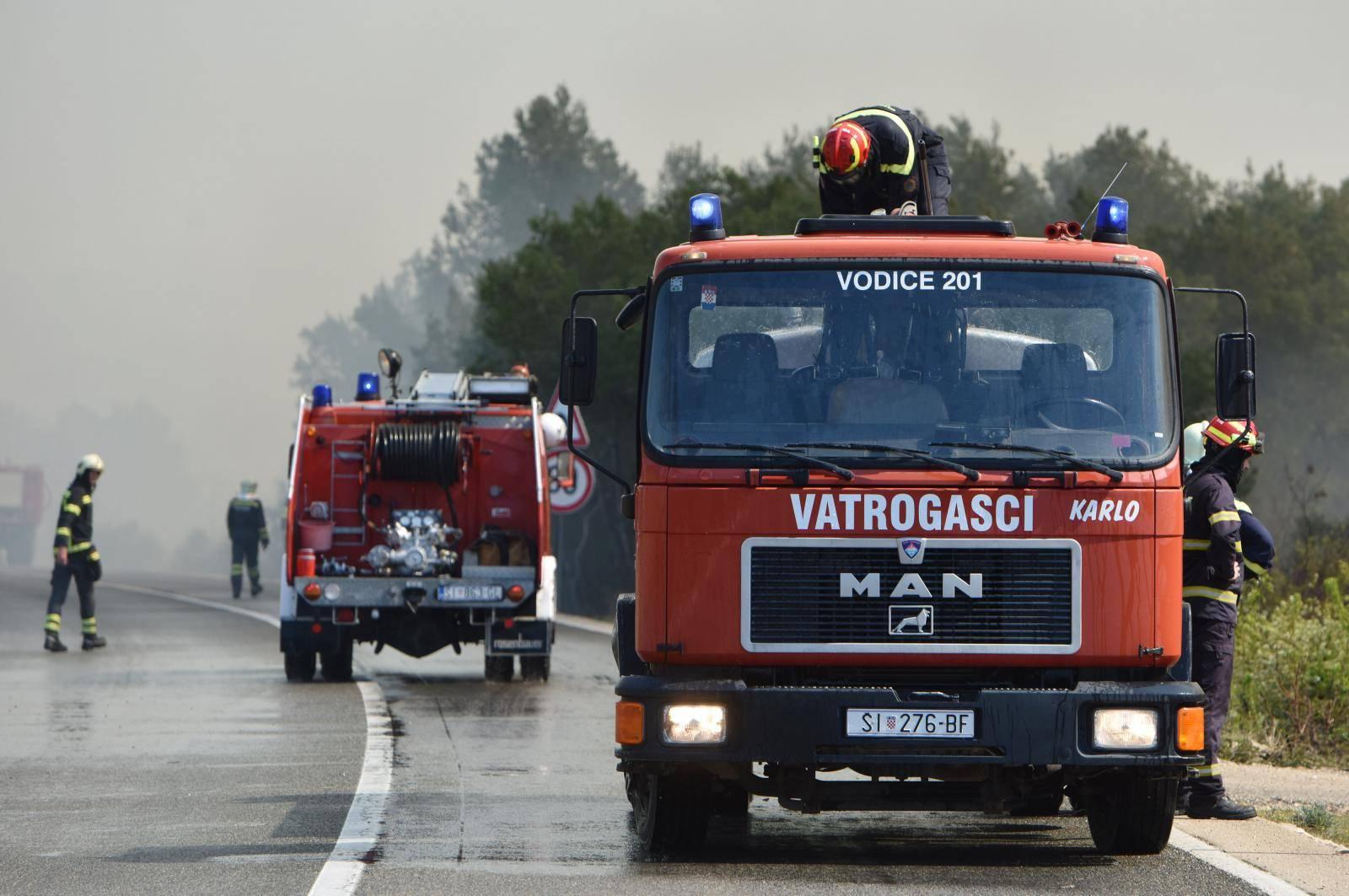 Između Srime i Vodica planuo požar, vatrogascima pomaže kanader i air tractor