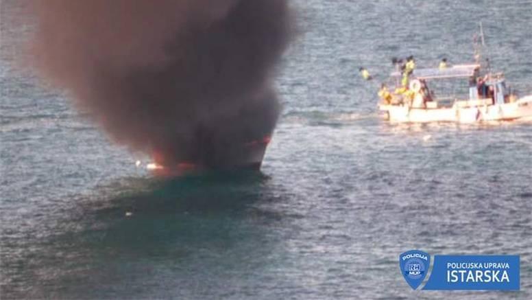 Policija kod Savudrije spasila dvoje ljudi s ribarice u plamenu