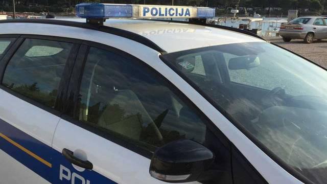 Iskočio pred policijsko vozilo, pogodio ga mobitelom, onda još napao i ozlijedio policajca