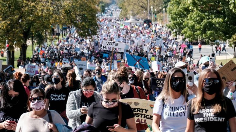 Tisuće žena prosvjedovale u SAD-u protiv Donalda Trumpa