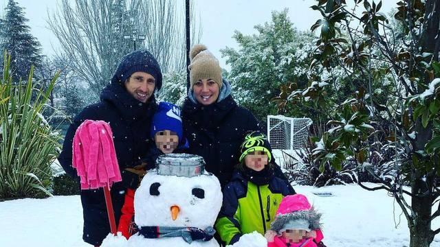 Snježne radosti u Madridu: Luka s obitelji napravio snjegovića!
