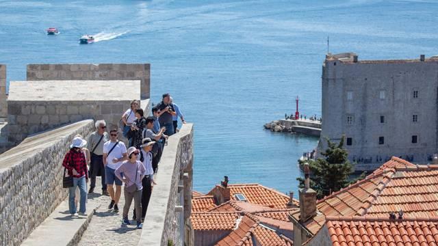 Dubrovnik: Na zidinama koje posjećuje veliki broj turista postavljeni znakovi upozorenja