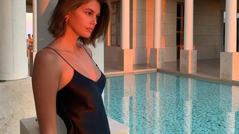 Manekenka Kaia Gerber voli haljine na bretele: Minimalizam 90-ih u glamuroznom izdanju