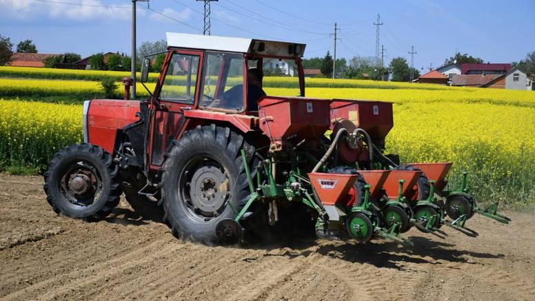 Ljuštila kukuruz i nastradala: Vratilo traktora joj zahvatilo trenirku i omotalo je oko osi