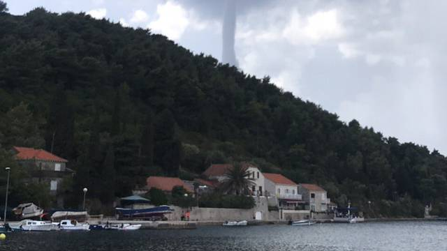 Turisti u panici: Jaka pijavica krenula s mora prema Orebiću