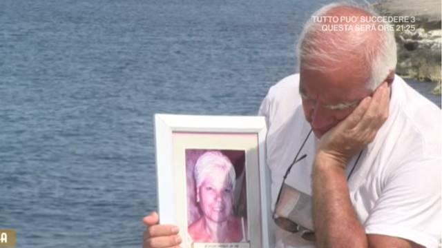 Sjede skupa pokraj mora: Nosi fotografiju mrtve žene na plažu