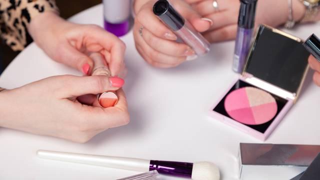 Od hladnjaka do miješanja formula: 8 načina čuvanja šminke i omiljene kozmetike