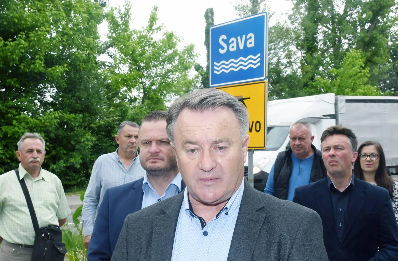 Sisak: Župan Ivo Zinic sa suradnicima obišao je obnovljeni most preko rijeke Save u Galdovu