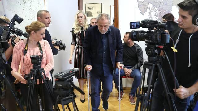 Zagreb: Milan Bandić na štakama!