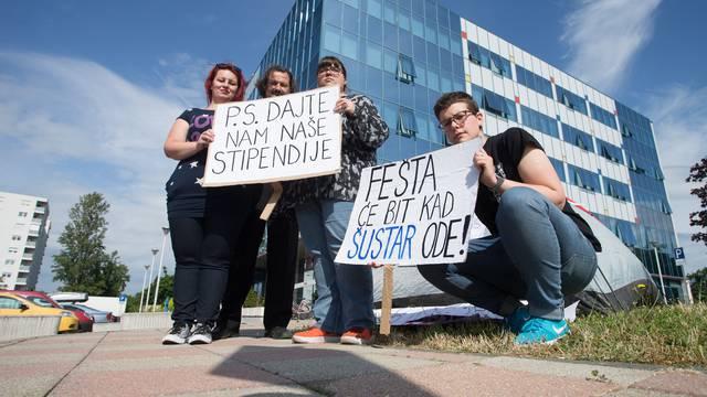 Kod Šustara podigle šatore: 'Tražimo isplatu stipendija'