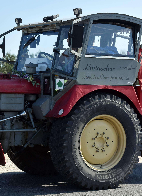 Pirovac: Turist iz Austrije na traktoru s kamp kućicom oduševio vozače na Jadranskoj magistrali