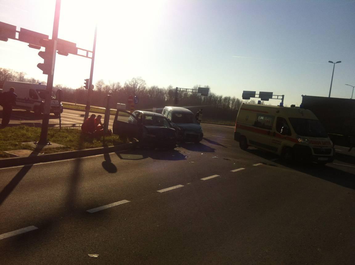 U sudaru dva automobila jedan ozlijeđeni, promet je usporen