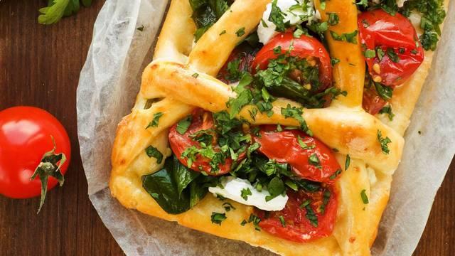 Brzo i jednostavno: Prefini tart sa sirom, maslinama i rajčicom