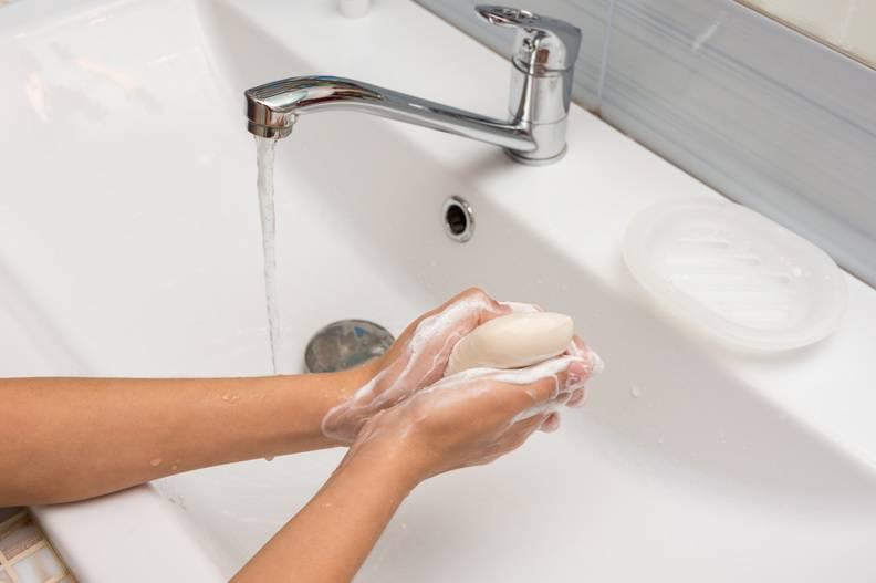 Šire li se mikrobi preko tvrdog sapuna ako ide iz ruke u ruku?