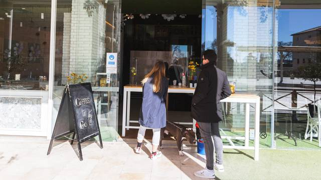 Zadar: Popuštanjem mjera kafićima dopuštena prodaja pića za van