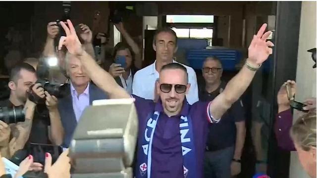 Navijači vrište: Spektakularan doček Riberyja u Fiorentini...