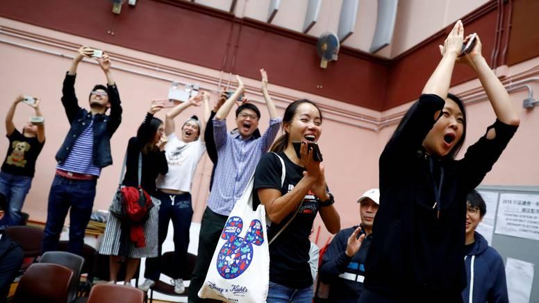 Pobjedom demokrata  raste i pritisak na čelnicu Hong Konga