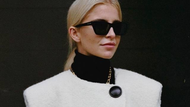 Crno-bijeli minimalizam uz cool kaput s naglašenim ramenima
