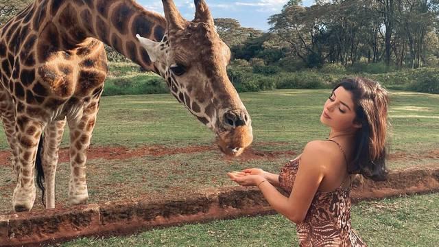 Demi je hranila žirafu koja nije skidala pogled s njezinih grudi