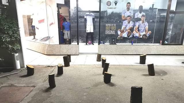 Jedanaest panjeva plus trener: Hajdukovce dočekala instalacija Torcide na povratku iz Pule...