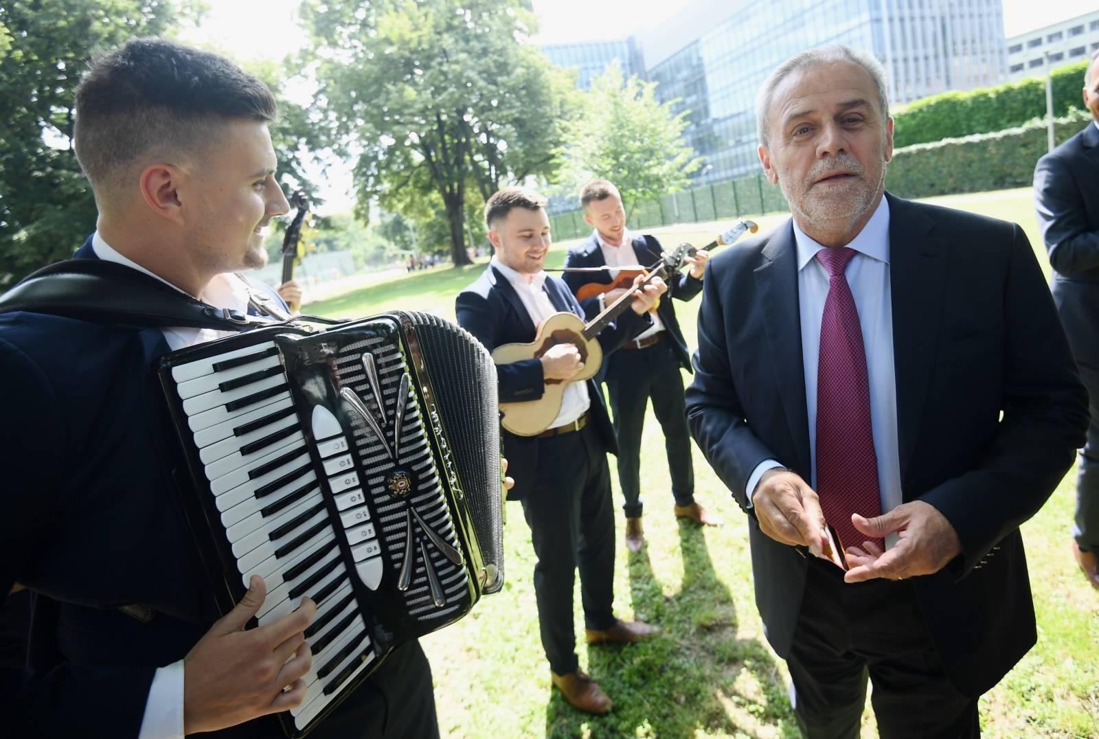 Zagreb: Milan Bandić harmonikašima dao 200 kuna i kroz harmoniku provukao karticu