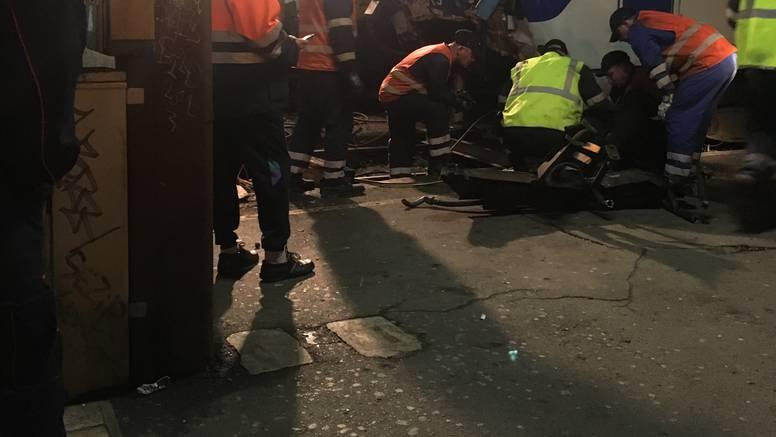 Radnici HŽ-a popravljaju vlak koji se popodne zabio u beton