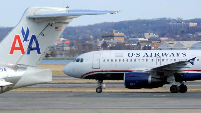 Putnik u Miamiju otvorio vrata  zrakoplova i popeo se na krilo