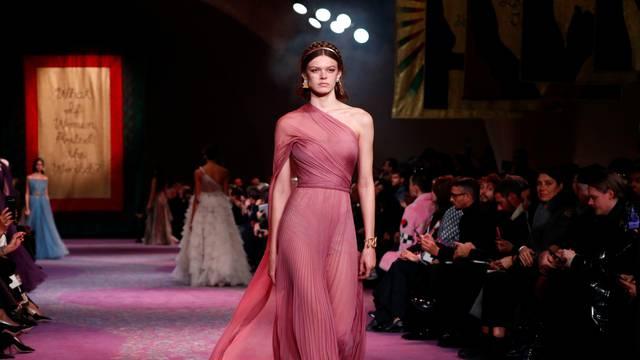 Visoka moda: Diorove božice u raskošnom zlatnom okviru