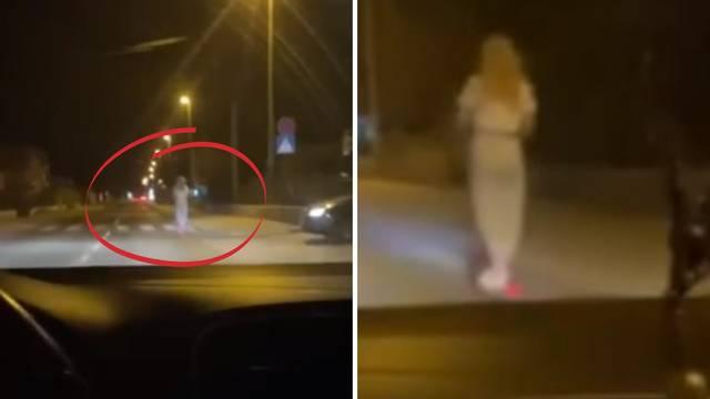 VIDEO Kaštel Lukšić, noć. Tek pokoji auto i - plavuša u uskoj haljini koja juri na romobilu