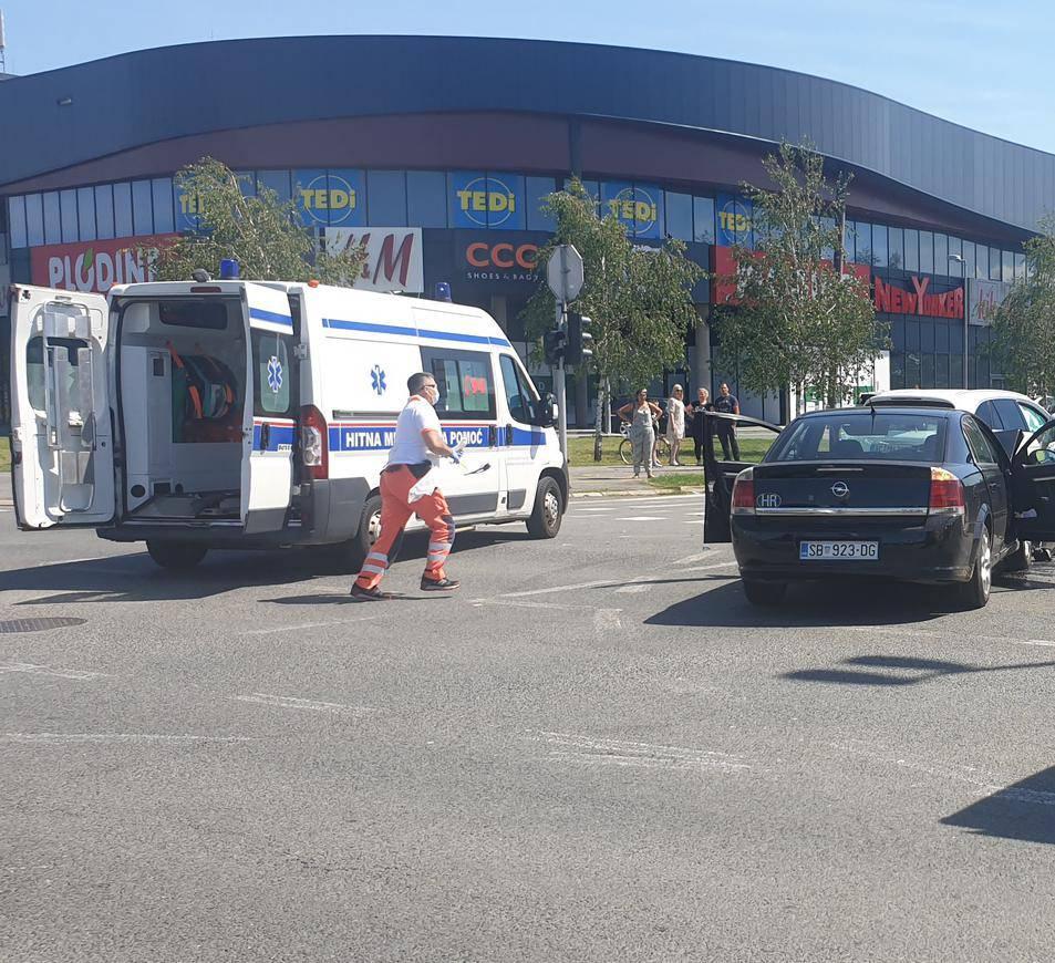 Sudarila se dva automobila u Sl. Brodu: Troje ljudi ozlijeđeno