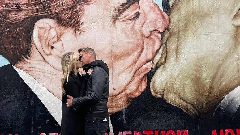 Jelena Veljača otputovala je s mužem u Berlin pa su rekreirali poznati poljubac: 'Naš je bolji'