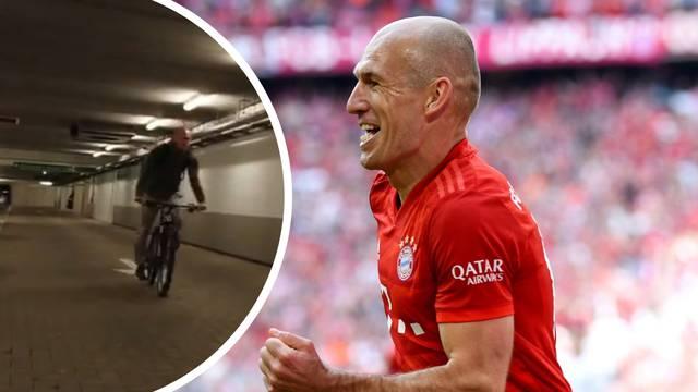 Zaradio milijune, ali ipak ostao skroman: Biciklom na utakmicu