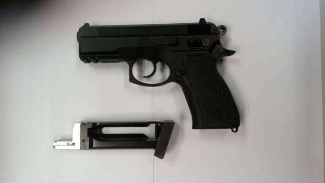 Ulovili trojac: Airsoft pištoljem pljačkali su dućane i benzinske