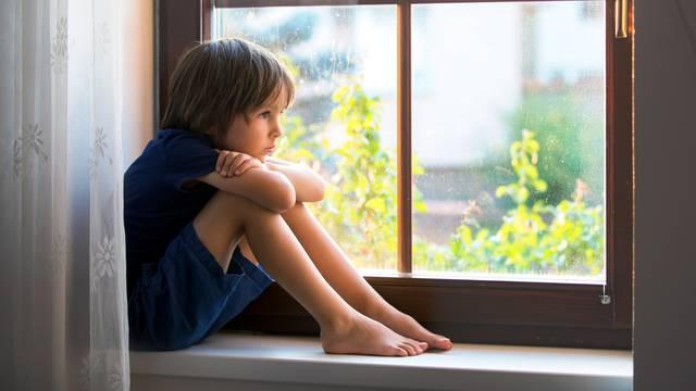 Ne ostavljajte djecu samu kod kuće prije desete godine života