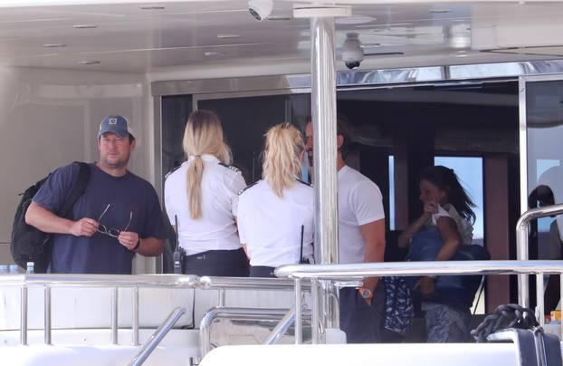 Tamara Ecclestone u društvu supruga, kćeri i prijatelja sišla s jahte u Trogir