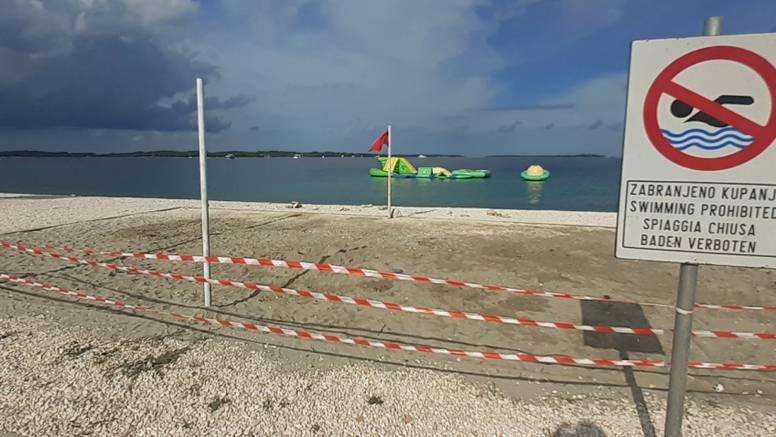 Fažana: Zabranili kupanje  jer su se otpadne vode prelile u more