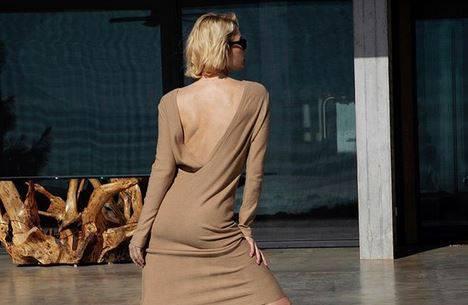 Ultimativni minimalizam: Fina, bež haljina seksi otvorenih leđa