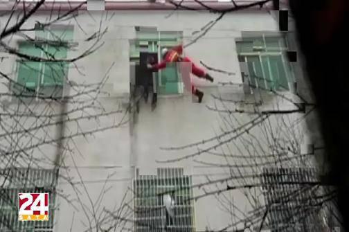 Kineski vatrogasci spasili ženu koja je htjela skočiti s prozora
