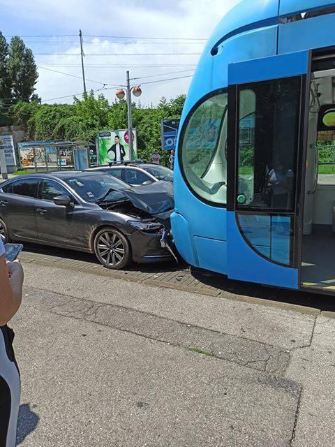 Sudarili se auto i tramvaj pa je nastao zastoj na cijeloj Savskoj