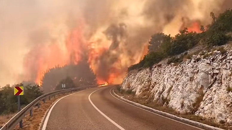 Pogledajte kako požar u blizini Trogira proždire sve pred sobom