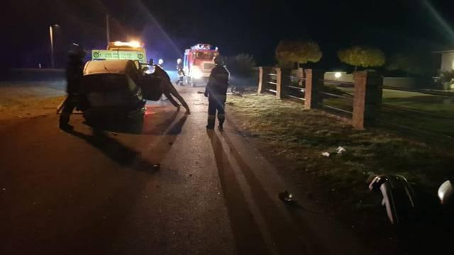 Teška nesreća u Jastrebarskom, zabili se autom u stup ograde...