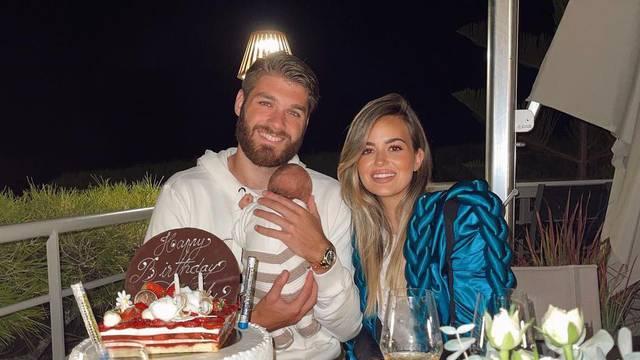 Duje Ćaleta-Car proslavio je 25. rođendan sa suprugom i sinom