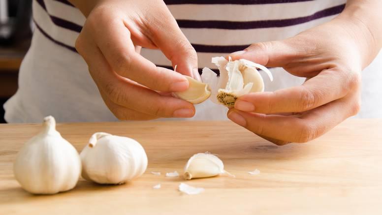 Trikovi kako brzo oguliti hrpu češnjaka, a tu je i savjet kako da prsti ne mirišu po njemu
