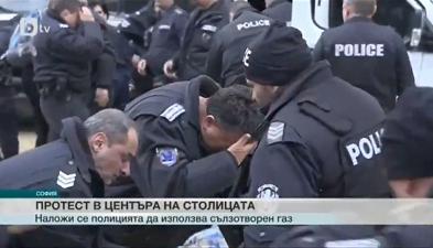 Tijekom prosvjeda policajci su napali sami sebe suzavcem