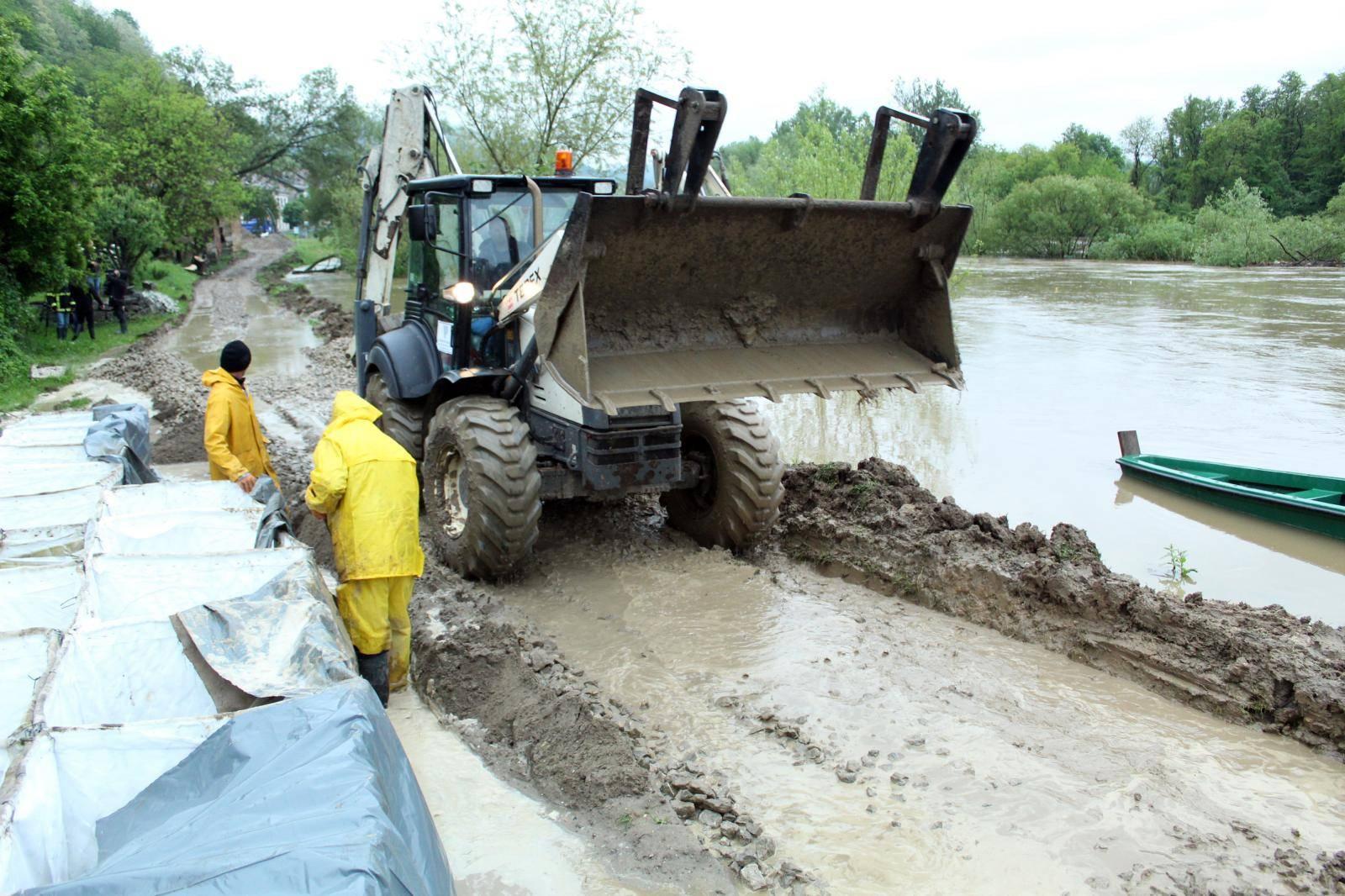 Hrvatska Kostajnica: Radnici Vodoprivrede postavljaju barijere kako bi spriječili prodirnje Une
